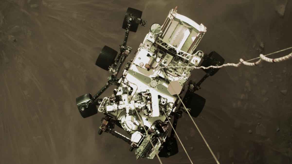 Impresionante foto muestra al Perseverance descendiendo a Marte