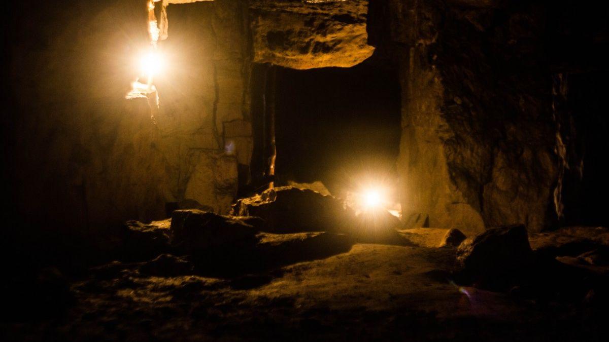 Encierran en una cueva sin luz a 15 personas durante 40 días