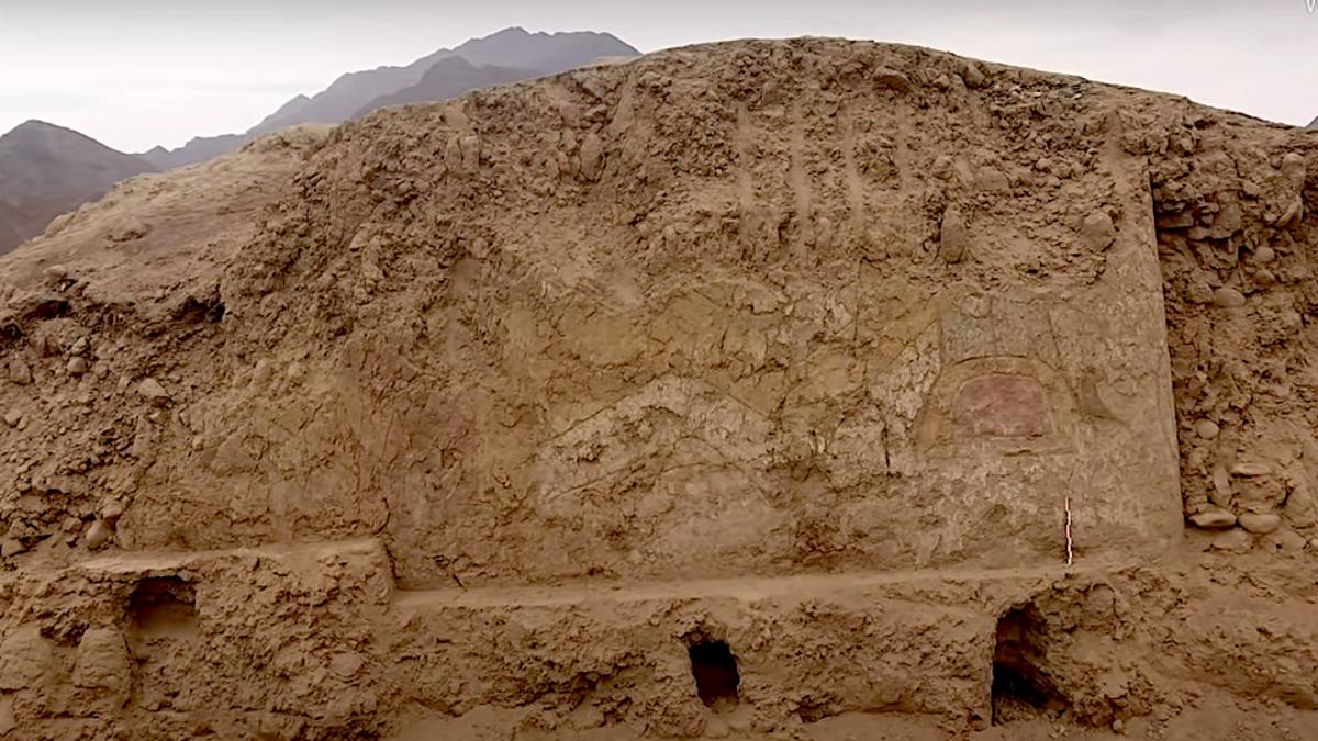 Descubren mural de 3000 años de una araña con cuchillo en Perú