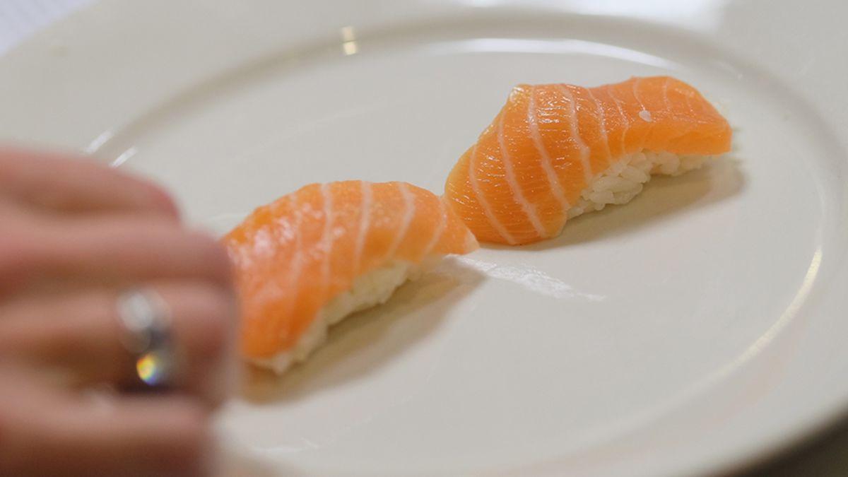 cientos de personas cambiaron su nombre a Salmón para comer sushi gratis