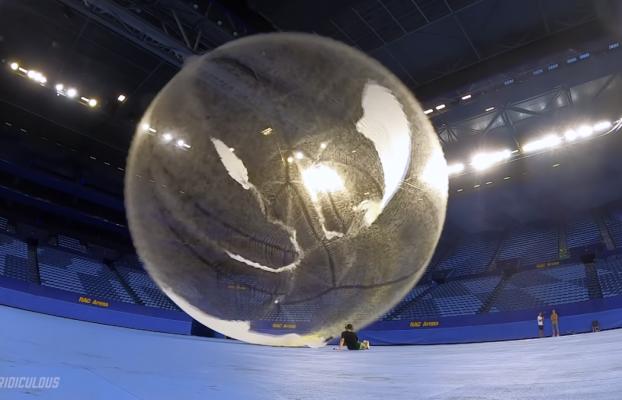 Contempla cómo explota el globo más grande del mundo a cámara lenta