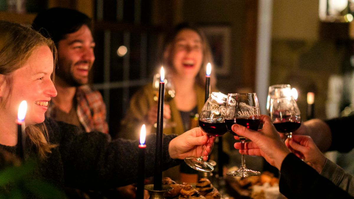 Cómo impresionar a los invitados a una cena con un vino barato