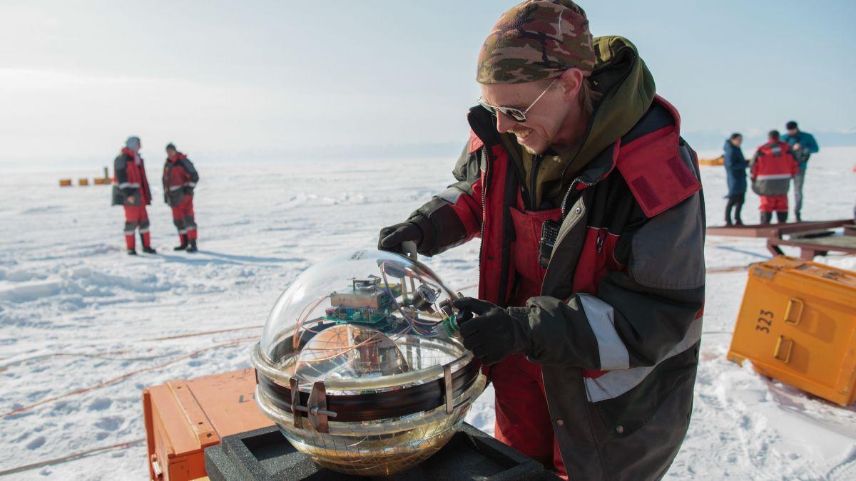 Científicos rusos arrojan un telescopio al lago más profundo de la Tierra