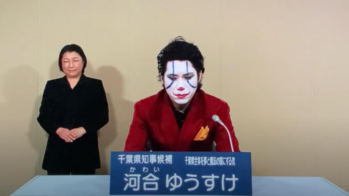 Se presenta como candidato a unas elecciones disfrazado del Joker