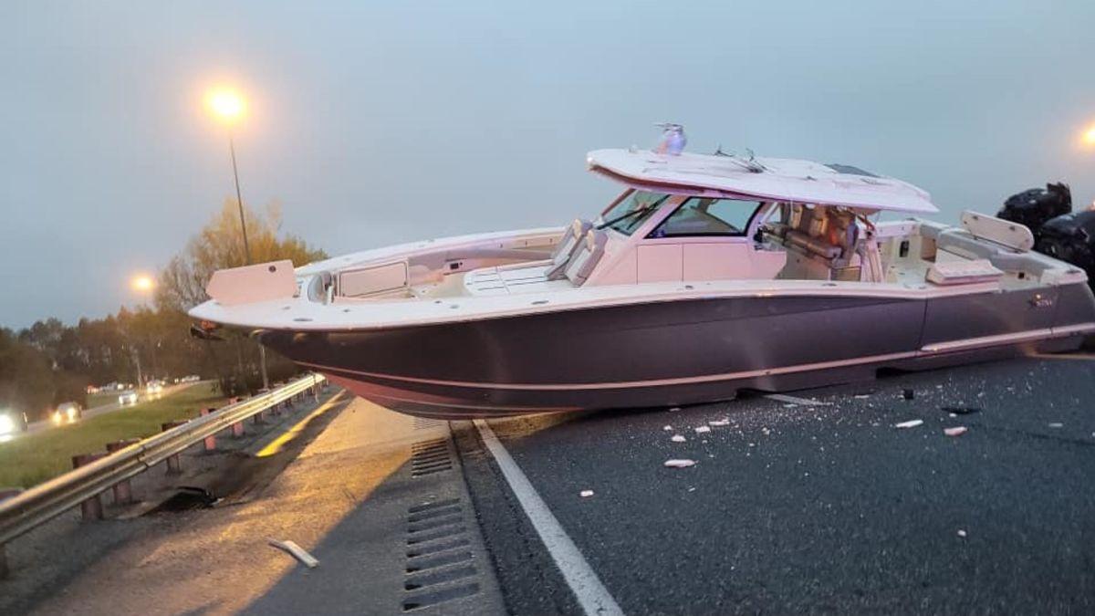 Un barco bloquea el tráfico en una autopista de Florida