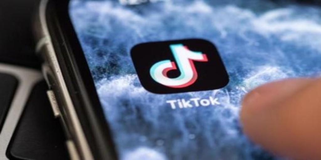 Acusan a TikTok de promocionar el contenido de grupos extremistas como Qanon