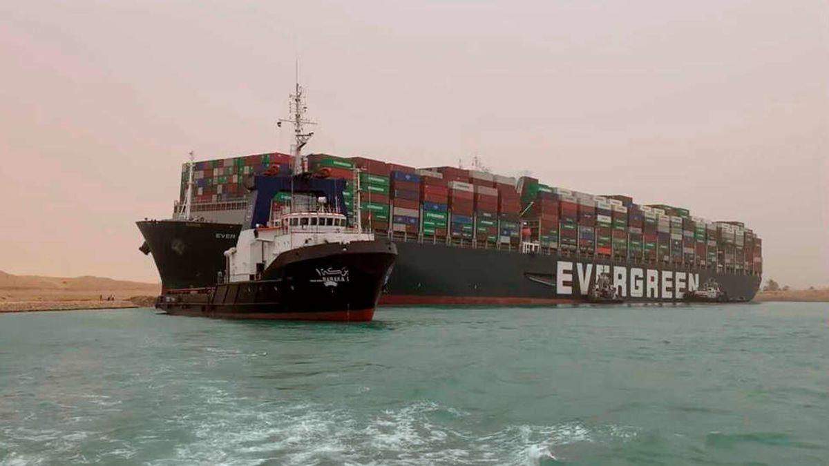El barco atrapado en el Canal de Suez ya flota libre