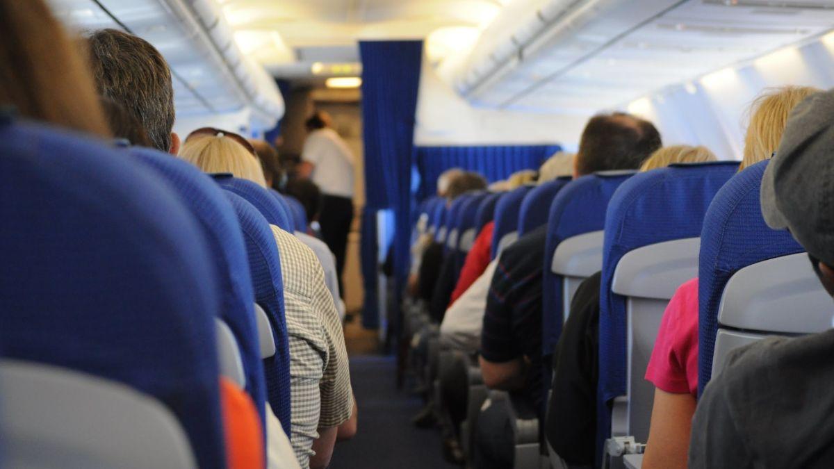 Multa de 250.000 dólares por orinar el asiento de un avión
