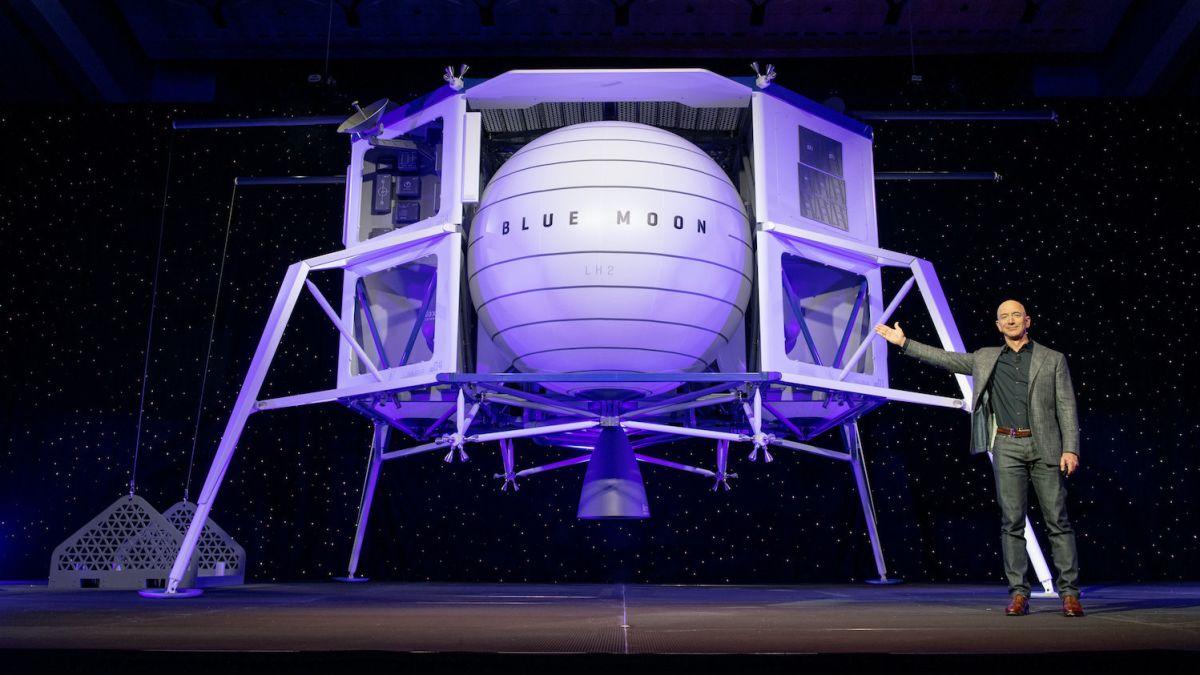Jeff Bezos se queja a la NASA por elegir SpaceX para aterrizar en la Luna (y Elon Musk se burla de él)
