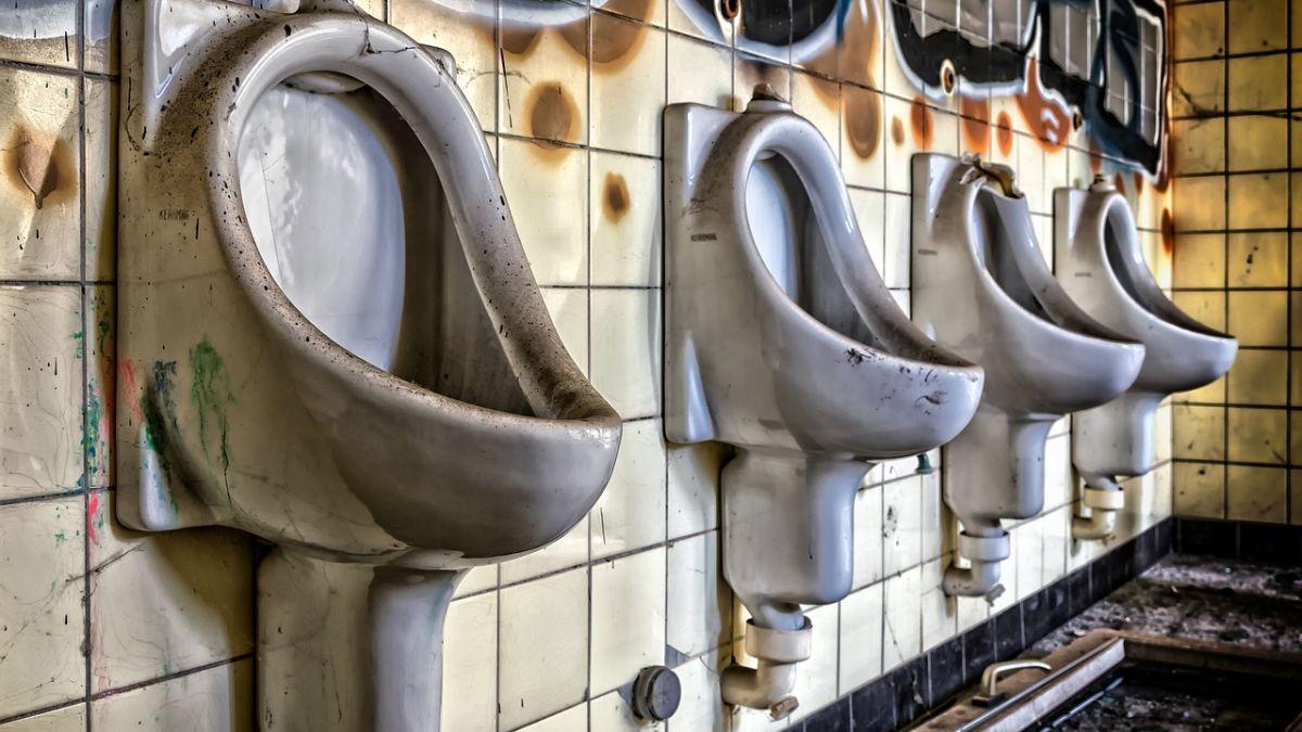 Por qué deberías pasar poco tiempo posible en un baño público