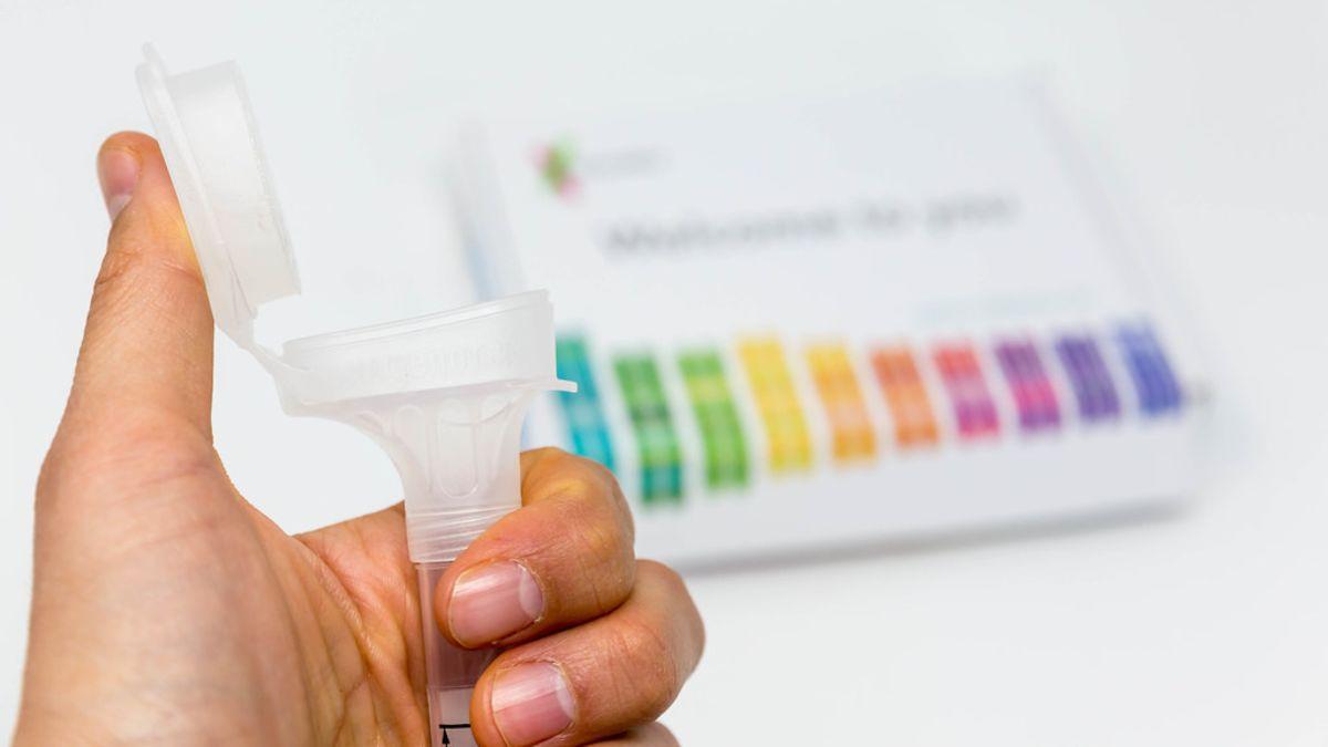 Le regala a la novia un kit de prueba de ADN. Son familia