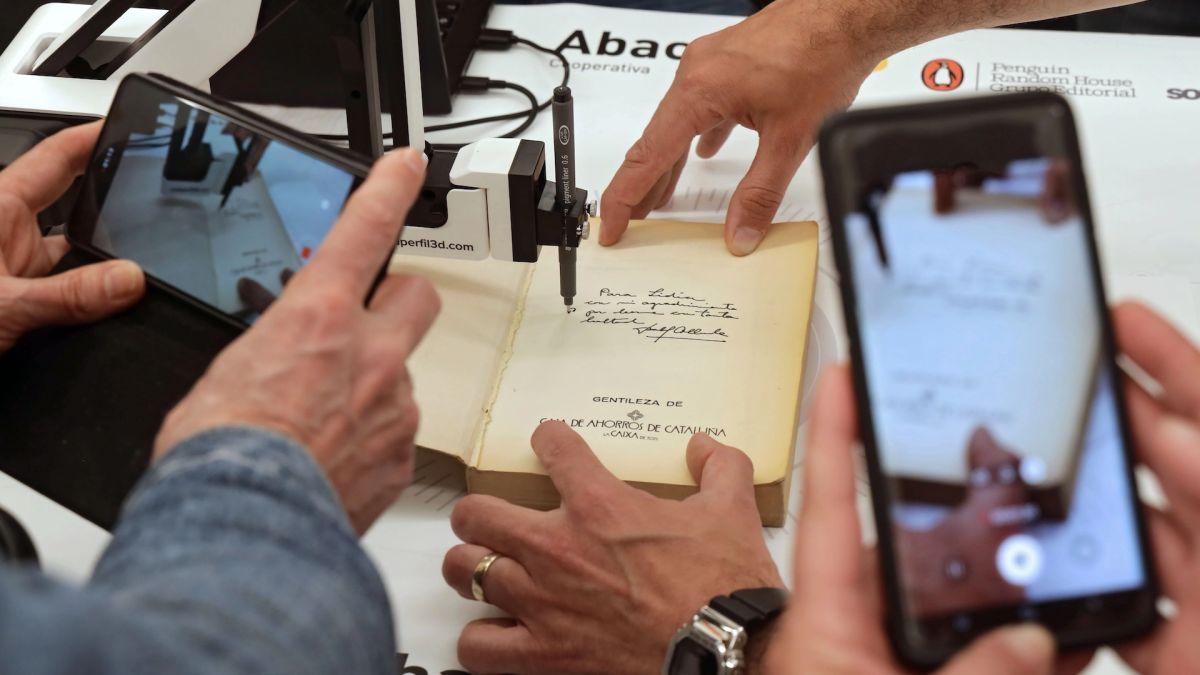 Isabel Allende firma autógrafos en España desde su casa de California con un brazo robot