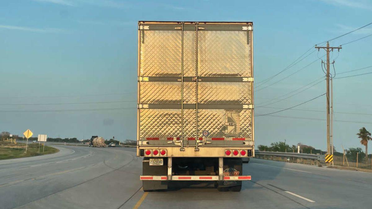 La razón por la que algunos camiones tienen puertas texturadas
