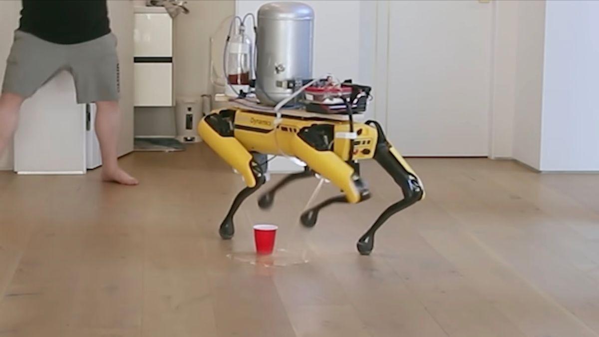 Enseñan al perro robot de Boston Dynamics a mear cerveza