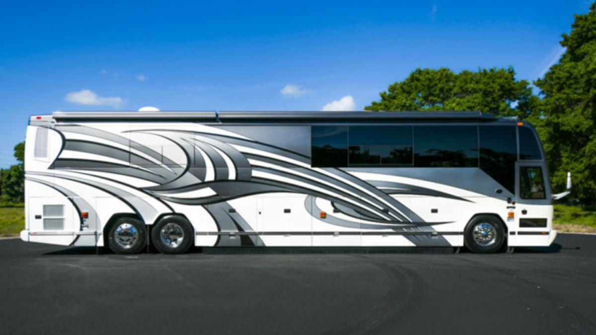 Esta caravana tiene dos baños y un dormitorio en el sótano