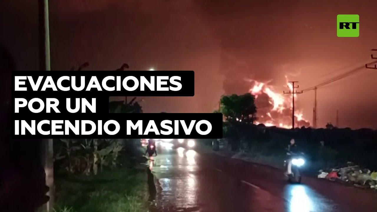Evacúan a cientos de personas por un incendio en una refinería de petróleo de Indonesia