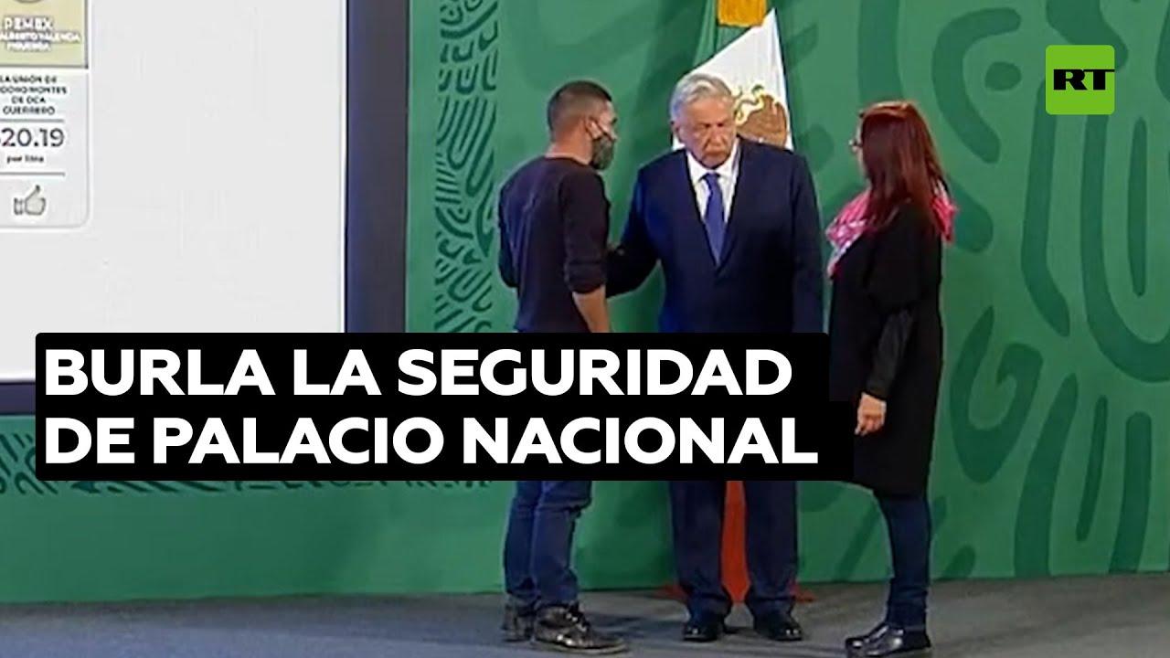Irrumpe en la conferencia matutina de México para hablar con López Obrador