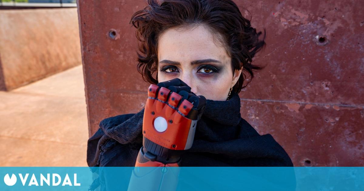 Una artista de TikTok recibe el brazo protésico tematizado de Metal Gear Solid