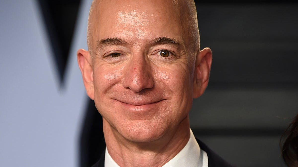 «Me gusta tanto la leche que la bebo desde que nací». Encuentran el perfil de Jeff Bezos en Amazon