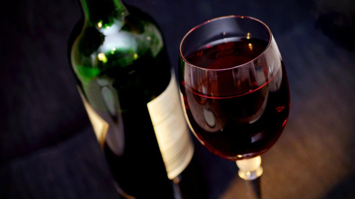 Botella de vino añejada en el espacio sería vendida por $1 millón