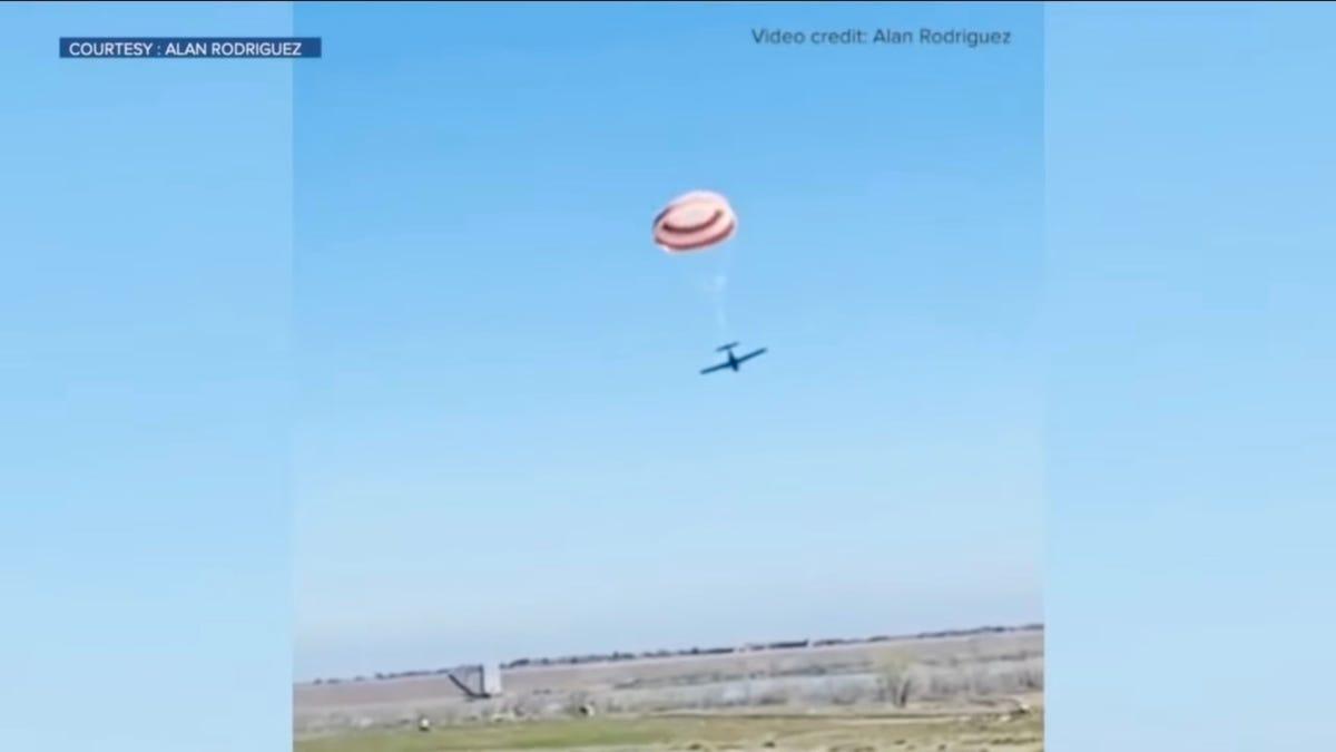 Dos aviones chocaron en el aire y todos los ocupantes salieron ilesos gracias a un paracaídas