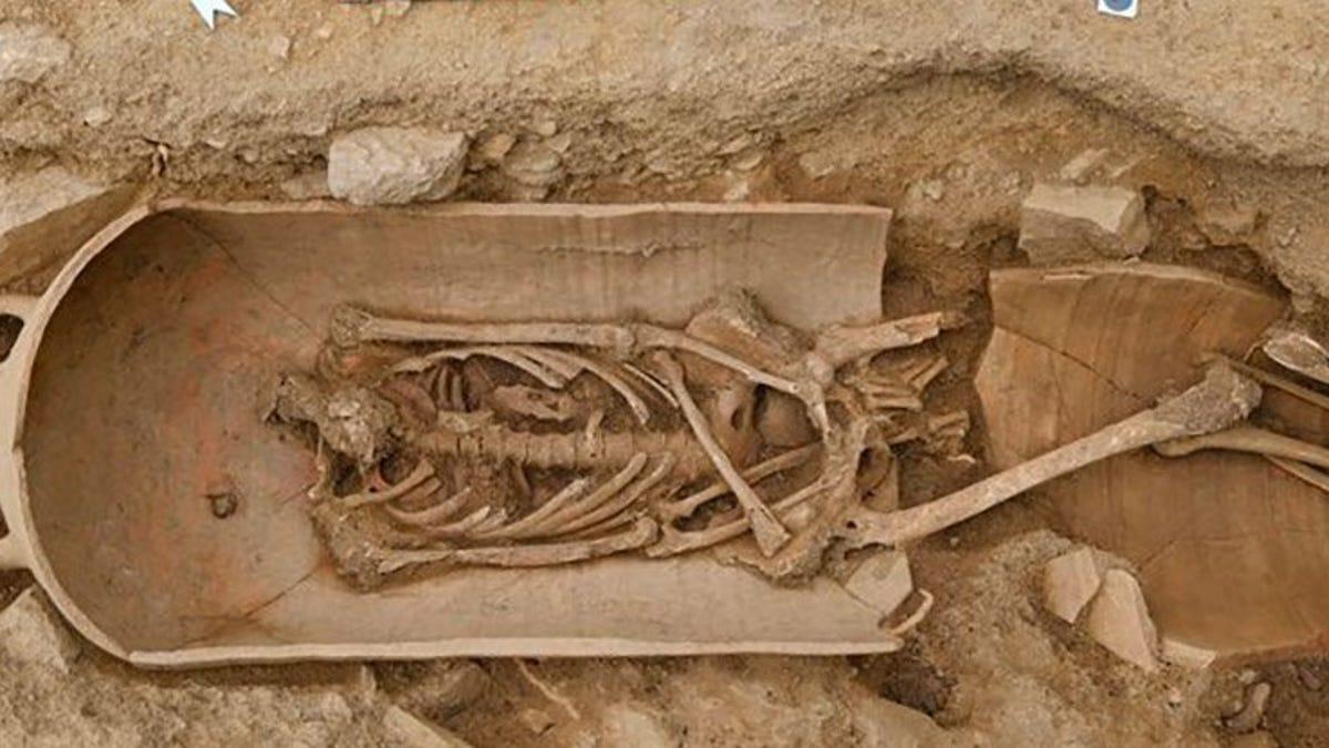 Descubren una necrópolis con humanos enterrados en macetas