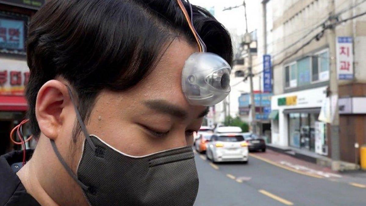 Con este tercer ojo puedes caminar mientras miras el teléfono
