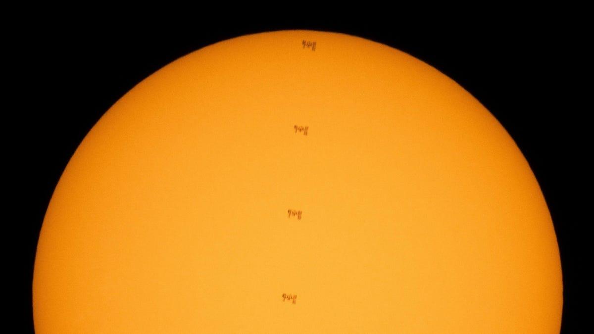 Toman una espectacular imagen de la ISS pasando por delante del Sol