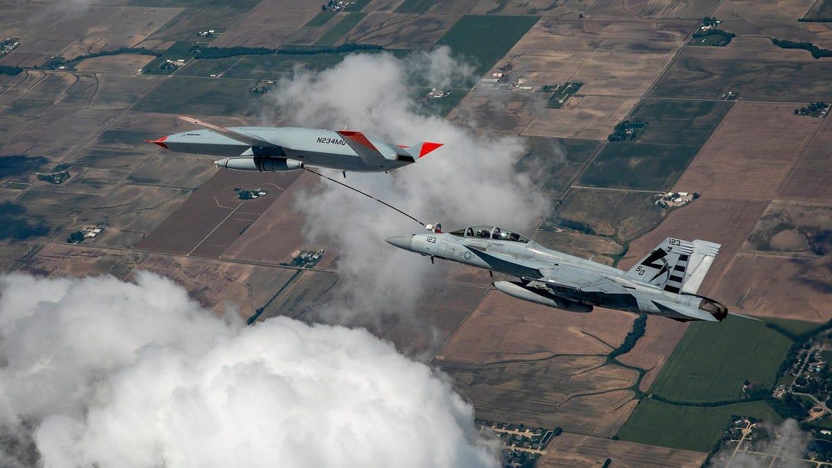Boeing hace repostar a un caza en pleno vuelo con un dron autónomo