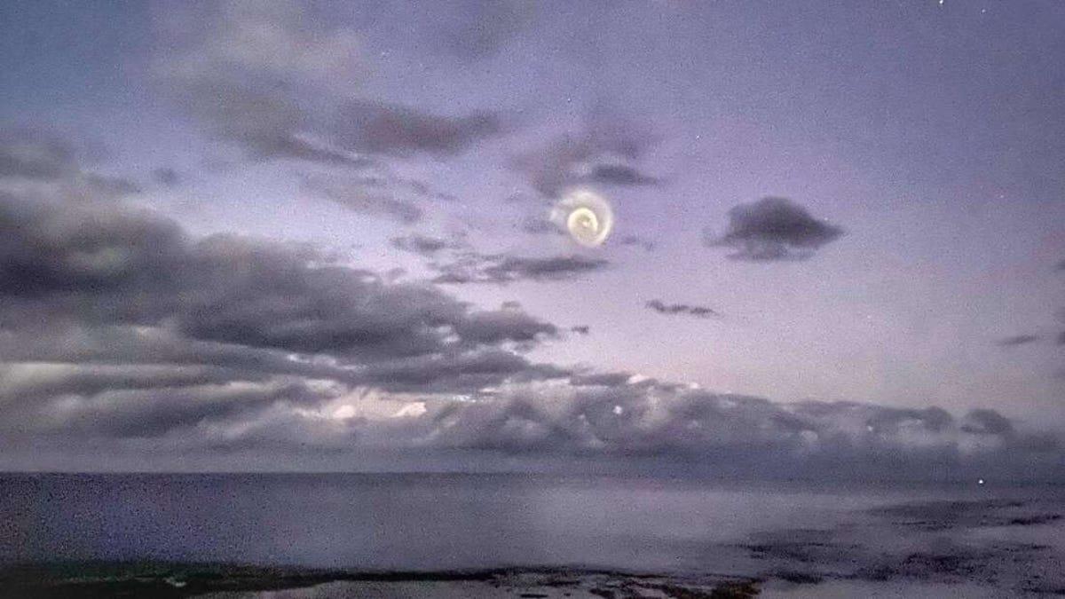 Aparece una extraña espiral en los cielos del Pacífico