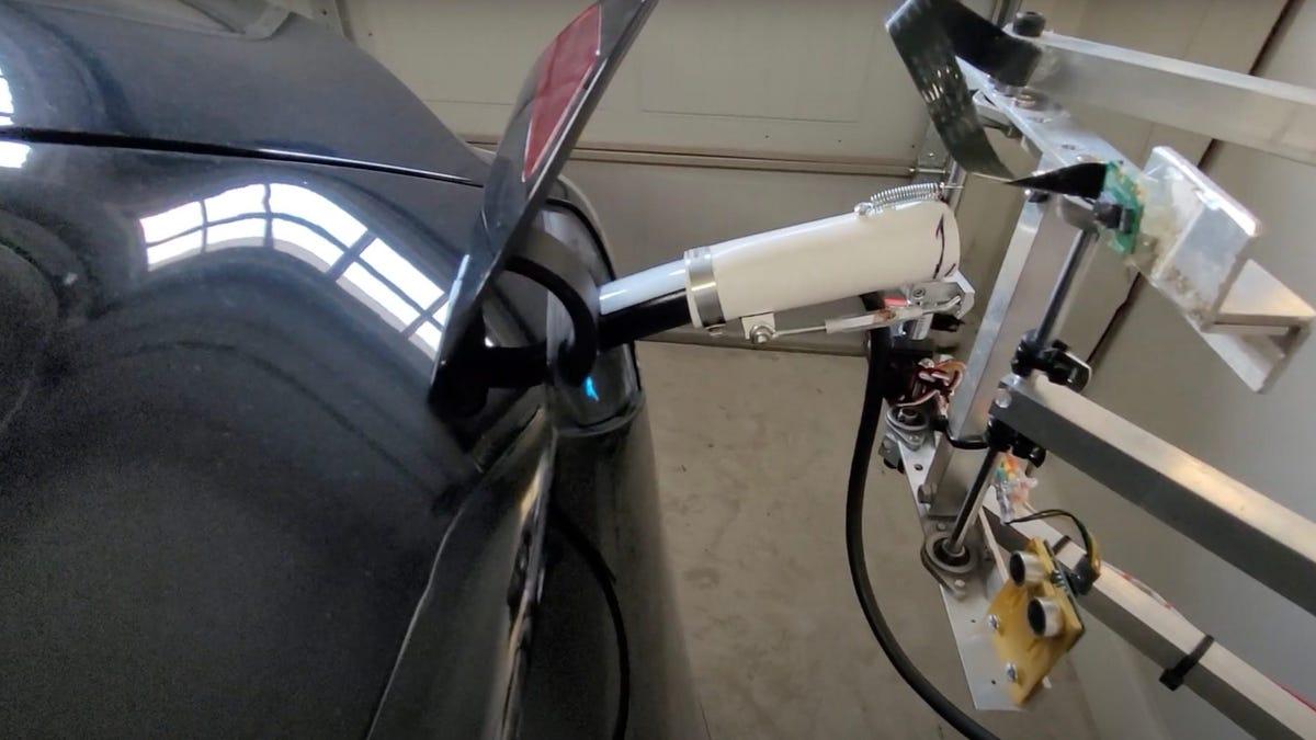 El propietario de un Tesla crea un robot que carga el auto solo