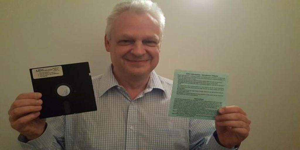 oculto en un disquete con información sobre el VIH