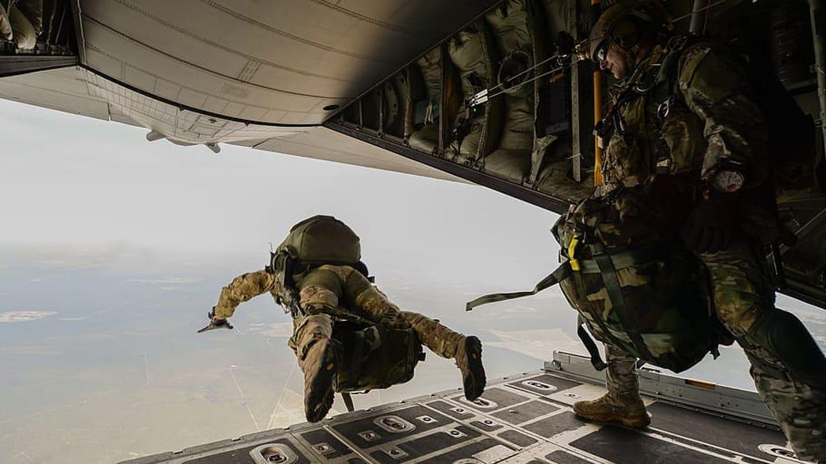 Un paracaidista sobrevive a una caída de 4.500 metros