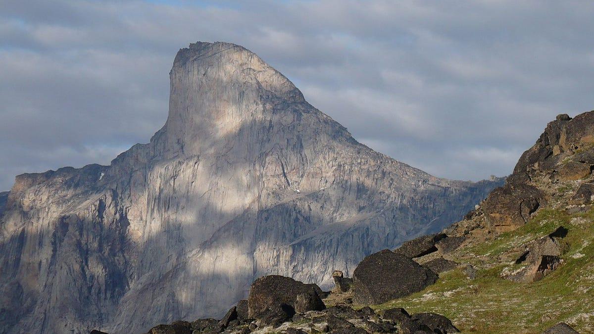 Monte Thor, la pared rocosa vertical más alta del mundo