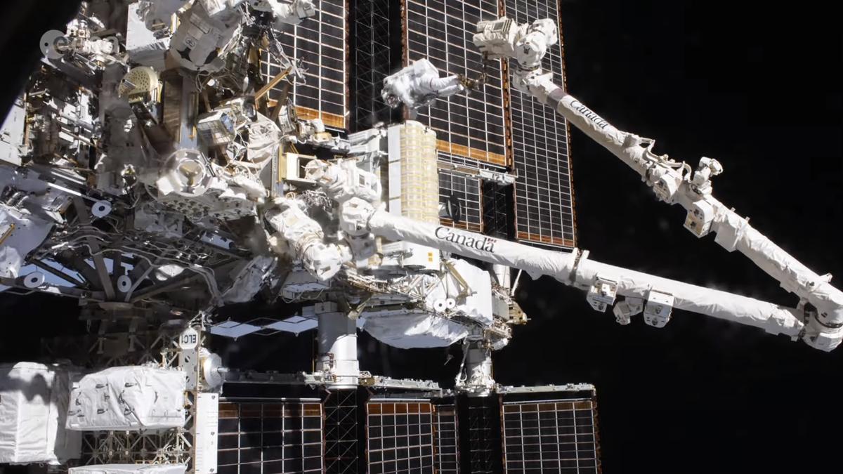 Este espectacular timelapse muestra cómo se instalan los paneles solares de la ISS