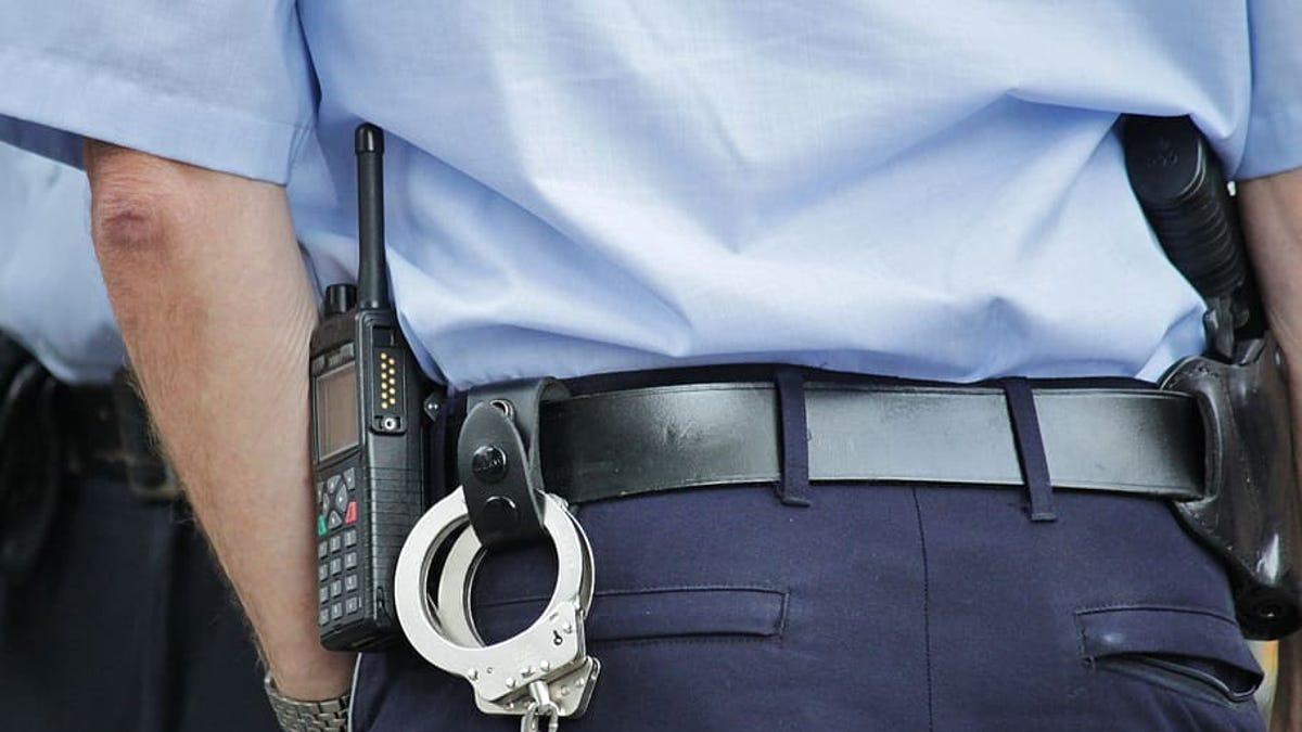 La razón por la que los agentes de policía visten de azul