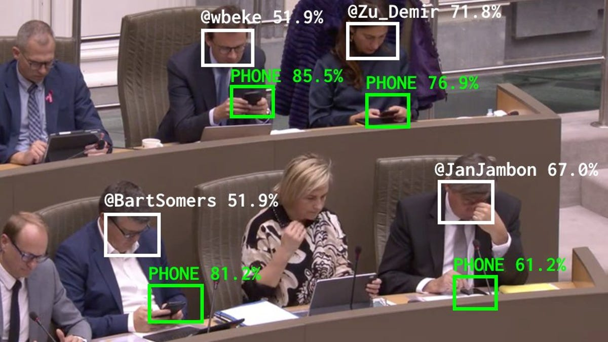 Una IA rastrea a los políticos que miran sus teléfonos