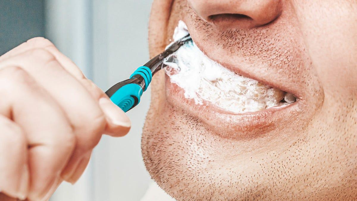 Por qué no debes enjuagarte la boca tras cepillarte los dientes
