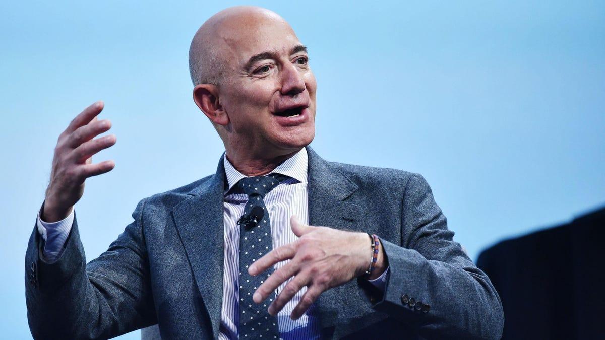La persona que pagó $28 millones por ir al espacio con Jeff Bezos no irá al final por «problemas de agenda»
