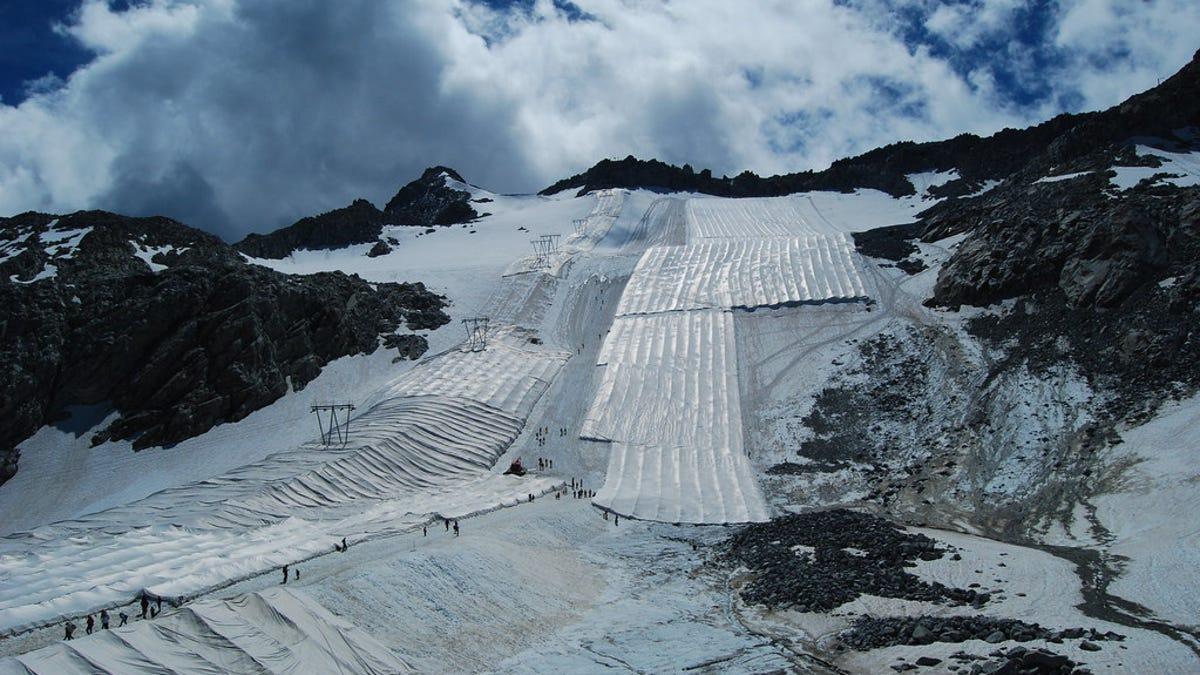Italia cubre un glaciar con una tela para que no se derrita
