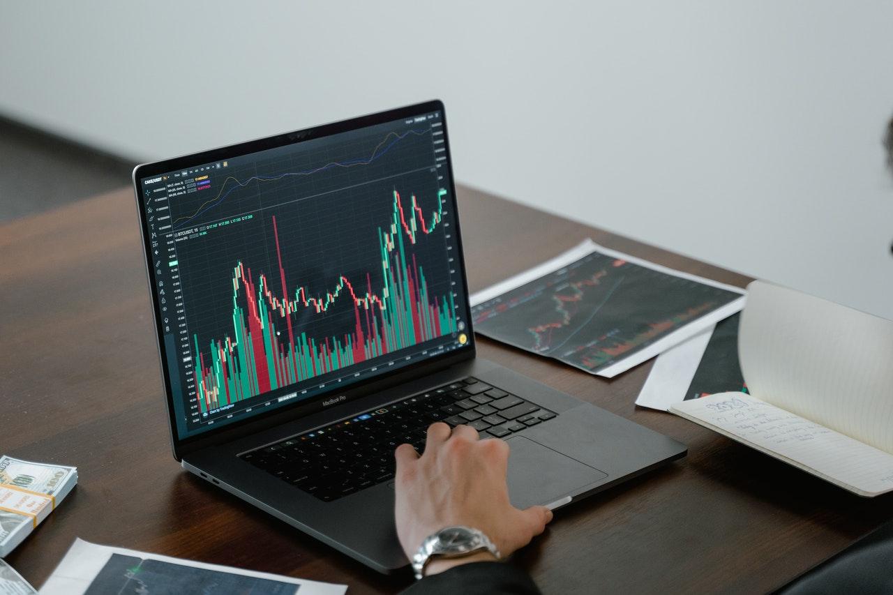 Cardano tiene como objetivo facilitar a los usuarios con contratos inteligentes