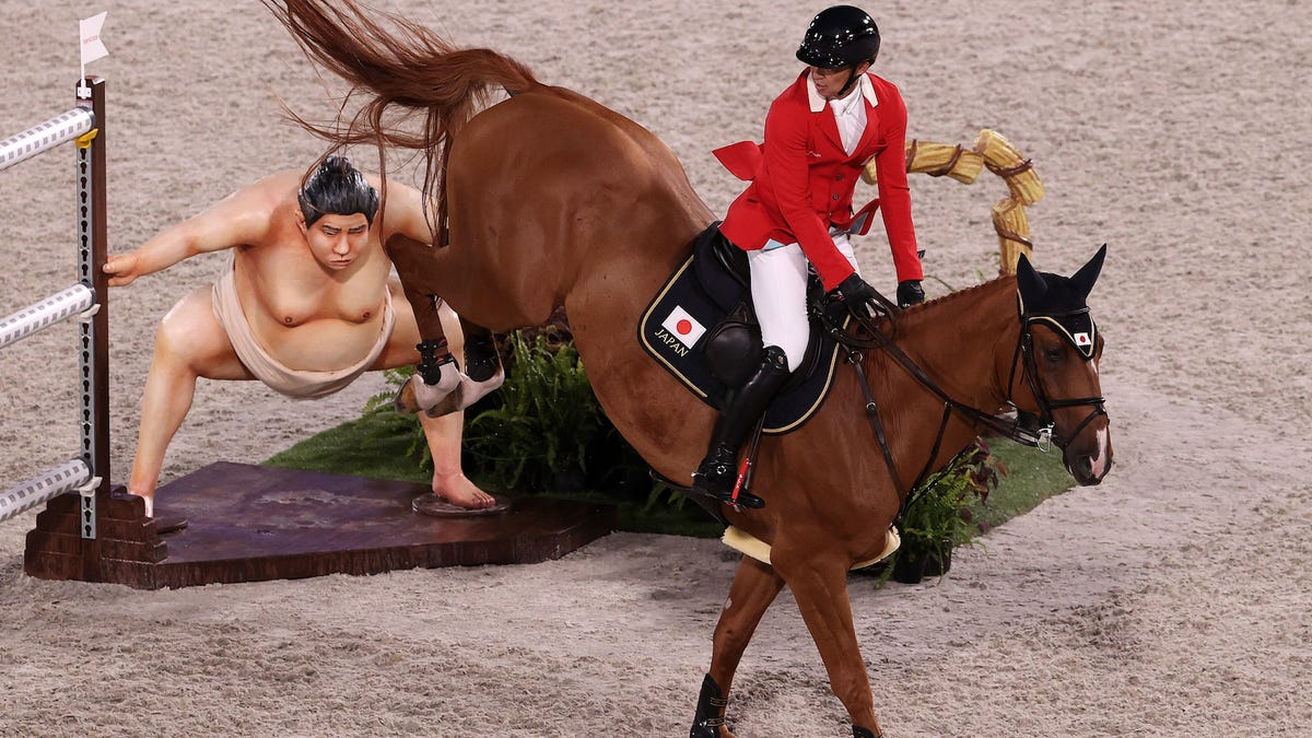 Quejas en los Juegos Olímpicos porque una estatua de luchador de sumo asusta a los caballos de competición