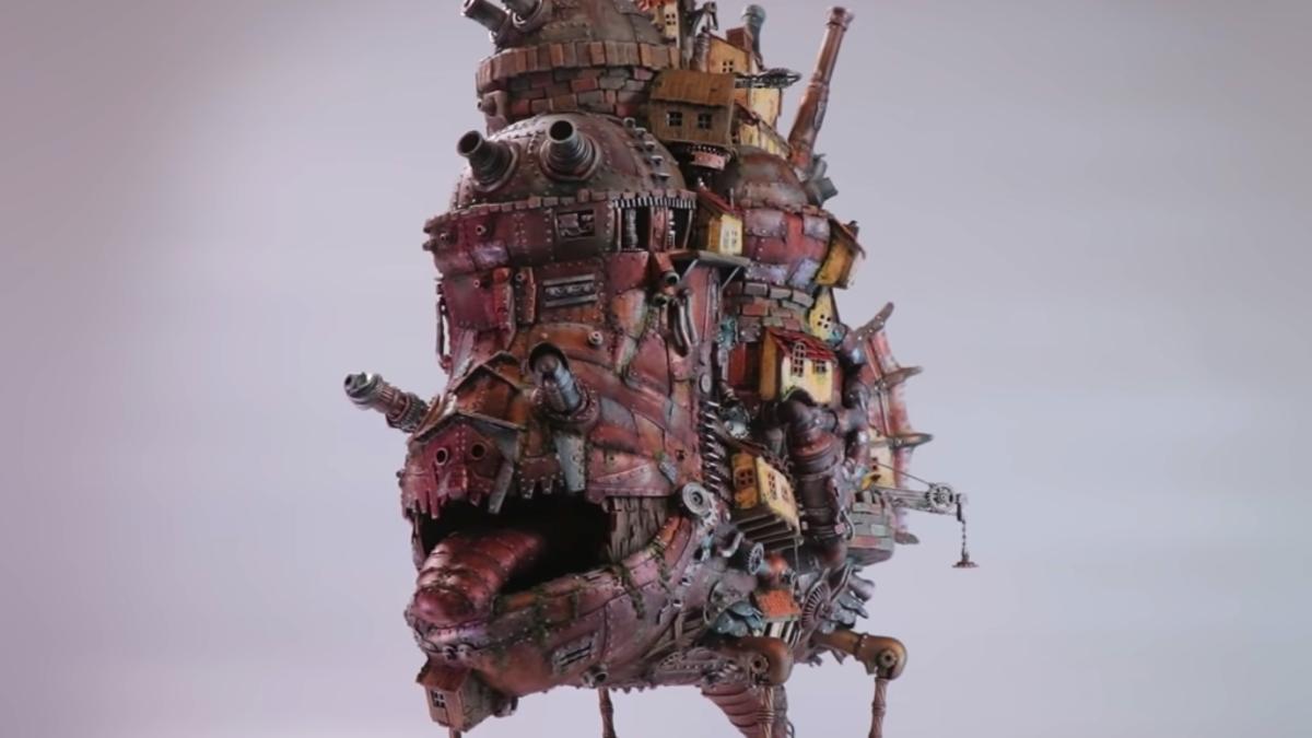 Esta réplica de castillo ambulante de Ghibli es hecha de basura