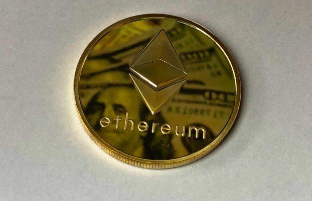 Estratega jefe de mercado observando la posible formación del fondo W en Ethereum