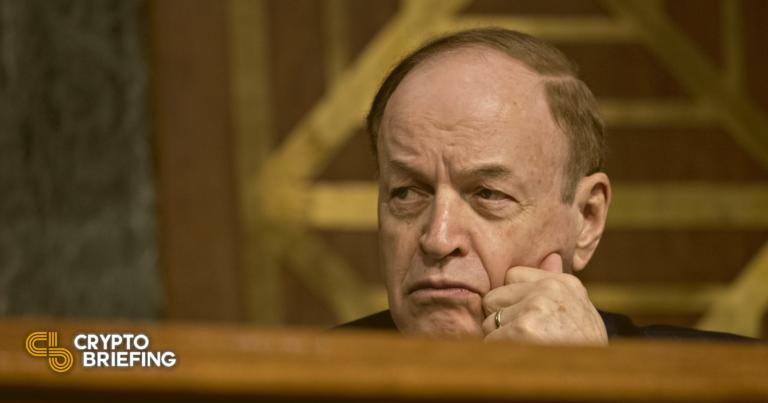 El senador que se opuso a la enmienda criptográfica cuenta con el respaldo de los banqueros