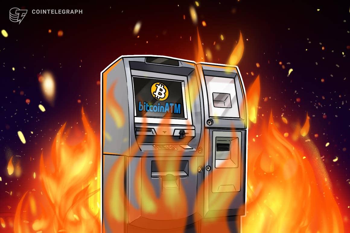 Manifestantes queman un cajero automático de Bitcoin como parte de una protesta contra el presidente de El Salvador
