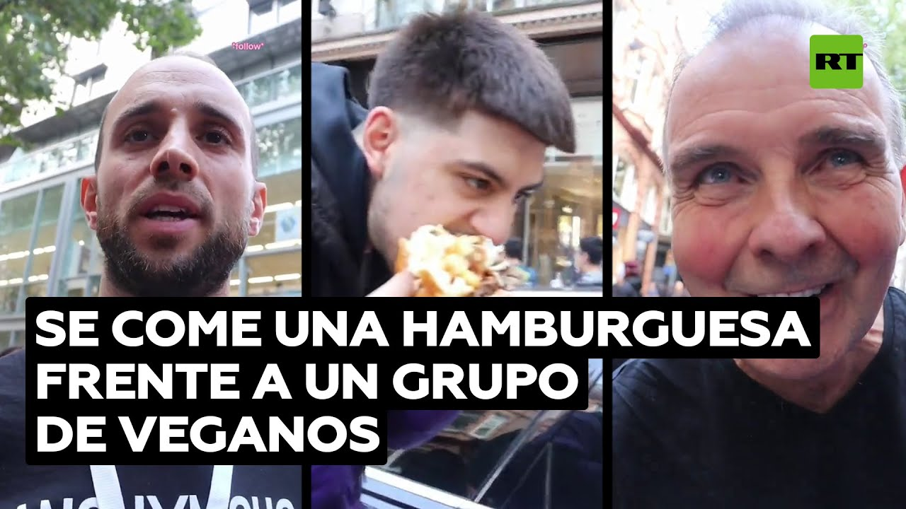 Un 'tiktoker' come una hamburguesa frente a una protesta de activistas veganos