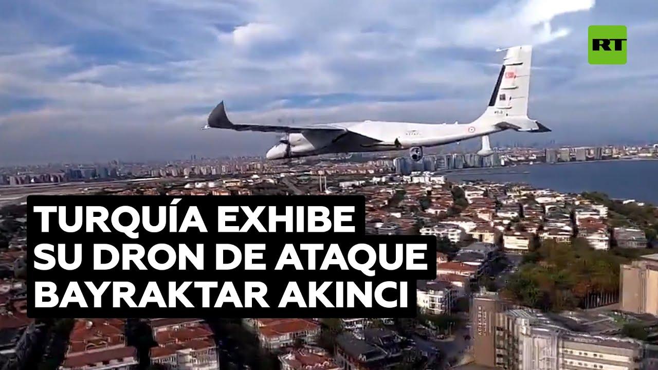 Vuelo del dron de combate turco Bayraktar Akinci durante un festival