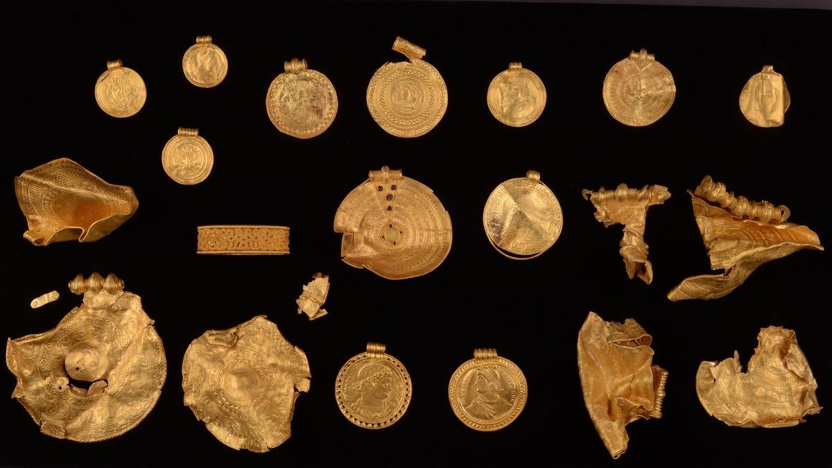 Buscador de metales novato encuentra un asombroso tesoro de antes de los vikingos