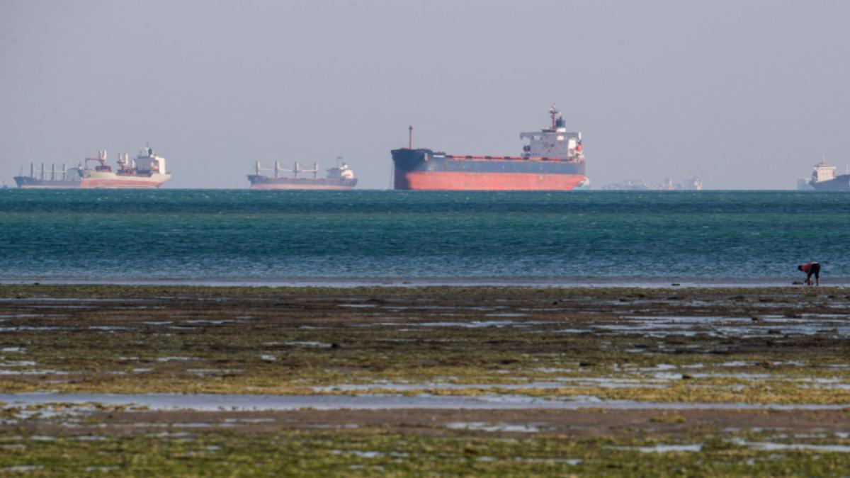 Un barco encalló en el canal de Suez. Otra vez